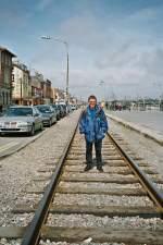 das-sind-wir/11121/haette-es-2002-schon-bahnbilderde-gegeben Hätte es 2002 schon Bahnbilder.de gegeben, hätte ich wohl kaum dieses Bild gewagt. Ich stehe mitten auf der IC Strecke Dublin - Rosslare - (Fähre - Frankreich)! Doch gilt es zu relativieren: Hier verkehrten nur drei Zugspaare pro Tag und durch Wexford verkehren die Züge nur mit geringer Geschwindigkeit, da die IC (!) Stecke z. T. fast als Straßenbahn verkehrt.  Wexford, Ireland, 2002 (Foto: Christine)